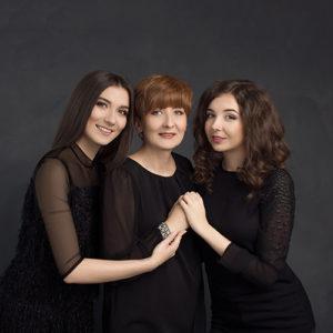 Ponadczasowy portret rodzinny mamy z dwiema córkami w czarnej stylizacji.