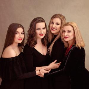 Portret rodzinny mama z trzema córkami w czarnej stylizacji.